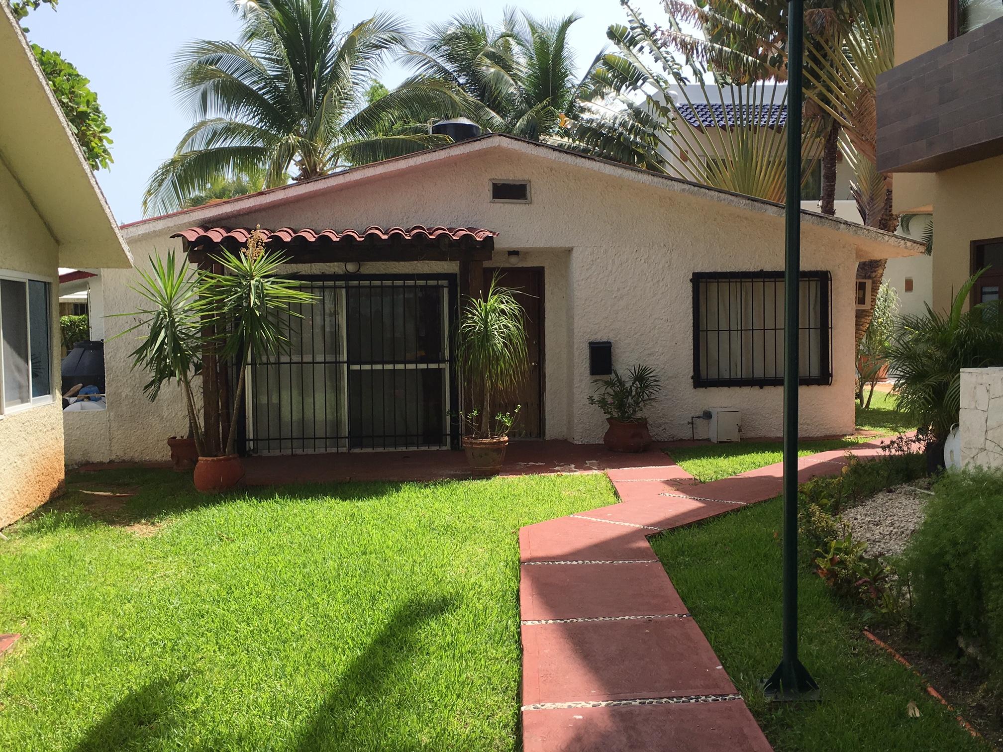 Villa en Venta Zona Hotelera Cancun con muelle frente a la Laguna